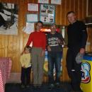 S majitelem chaty nás fotí Víťa - shodou náhod, pán jezdil celé dětství do Těchonína, tak máme o čem povídat