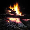 Nocleh hledáme dlouho. Nakonec máme luxusní místo s ohništěm.
