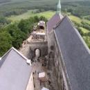 Pohled z věže na hradní paláce a vstupní bránu