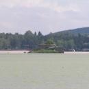 Zbytky tvrze na malém ostrůvku na jezeře