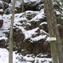 Ledříčkova skála s jeskyní v níž loupežník Ledříček žil