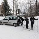 Auto necháváme v Horní Lipové. Sněhu je jen tak tak...