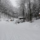 Lesní bar pod sněhem. Chvíli sice musíme počkat, než přijede majitel se zásobami...