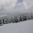 O kousek výš konečně přestává sněžit a začínají se, velmi nesměle a opatrně, otevírat výhledy.