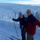 Hanka a Markéta. V pozadí čouhá vrcholek vysílače na Pradědu.