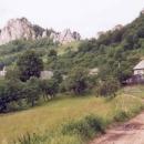 Vesnice Vršatecké podhradie (nahoře na skále je pozůstek bašty hradu)