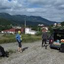 Třetí den ráno dokupujeme vMojkovaci chleba, a pak nás Ludvík vede na kraj města, kde končí pro osobní auto sjízdná silnice