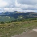 Za zády už hodně vzdálené zvedají se zelené vrcholky Bjelasice