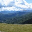 Komovi jsou rozlohou opravdu maličké pohoří, tvořené zdánlivě jen dvěma horskými masívy s vrcholy: Kom Vasojeviči a Kom Kučki, které vyrůstají znáhorní plošiny.