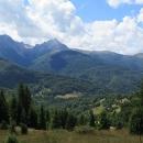 Nejprve musíme klesnout do 1550 metrů vysokého sedla Trešnjevik, které protíná asfaltová silnice spojující Kolašin s Andrijevicou.