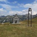 Kostelík svatého Ilije. U něho zvonička a pár starých hrobů.