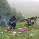 """""""Dneska už nemá cenu jít dál, mraky se stahují všude kolem,"""" a už sbíháme a na travnatém plácku stavíme stan a vaříme večeři."""