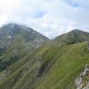 Jsme asi 1800 metrů vysoko a čeká nás pěšinka po úzkém hřebínku.