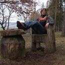 Pohodička před výstupem v dřevěném křesle