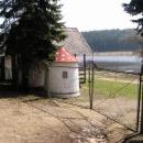 Brána do tábora čeká zavřená na léto