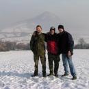 Honza, Jirka a Robert pod Borečem s pozadím Lovoše