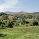 Napravo se strmí pohoří Treskavica, do dneška prý stále silně zaminované.