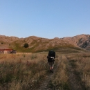 Přicházíme ke dvěma opuštěným domům – jeden z nich má propadlou střechu, ale ten druhý vypadá na občas používané pastevecké obydlí.