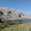 Ráno pokračujeme po cestě dál, kde opravdu nacházíme malé jezero mezi skalami.