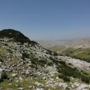 Zelené údolí, odkud jsme přišli, je hluboko pod námi, kolem nás a nad námi trčí bílé vrcholky vápencových hor.