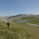 Po chvíli už vidíme hladinu dalšího jezera – jde o Štirínské jezero, největší jezero Zelengory.