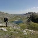 Libujeme si, jak je to krásné jít nevysokou travou, kudy chceme, když tu najednou pláň končí prudkým srázem, pod kterým leží modrozelená hladina Kotlanička jezera.