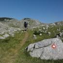 Cesta dál je více než dokonale značená – nové značky svítí na kamenech snad co dvacet metrů.