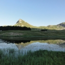 Panorama Jugova jezera se špičatou horou Stog