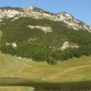 Jugovo jezero se nachází pod skoro dva tisíce metrů vysokou horou Kalelija, ve výšce 1550 metrů.
