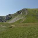 Za pár minut přicházíme na planinu s maličkým jezírkem, spíše větší louží.