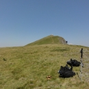 V malém sedýlku shazujeme batohy a posledních pár set metrů k vrcholovému kříži se vydáváme nalehko.