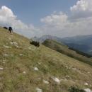 Uglješin vrch traverzujeme kamenito travnatým svahem.