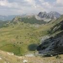 Modrozelená hladina Horního Bare, jezera, které je ukryté těsně pod skalní stěnou (1550 m).