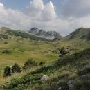 Jezero Gornje Bare se skalnatým hřbetem Tovarnice řadím mezi nejhezčí místa celého vandru.