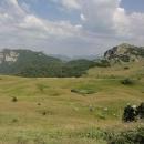 Oddechnu si, až když máme celý svah za sebou a kráčíme vysokou travou v dolině