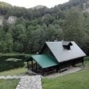 U jezera Donje Bare stojí stejná chatka jako poblíž Orlovačka jezera. Jinak jezero připomíná šumavská jezera.