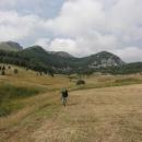 Po snídani vyrážíme do údolí Sutjesky. Na pěti kilometrech nás čeká sestup o bezmála tisíc výškových metrů.