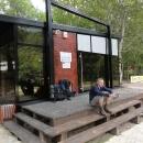 Nové informační centrum v Tjentišti – nevzhledná dřevěná kostka zde byla postavena z prostředků EU