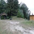Malé tábořiště s přístřeškem a kadibudkou na Dragoš sedle.