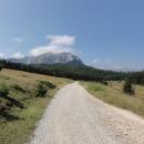 Po dalších pár kilometrech přicházíme na náhorní planinu, ze které se zvedají strmé svahy nejvyšší bosenské hory, 2.386 metrů vysokého Magliče.