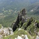 Pohodlná náhorní planina najednou končí, terén se láme a pod námi se otevírá hluboká propast.