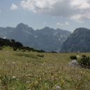 Přímo před námi vyrůstá pohoří Bioč se strmými svahy a sněhovými poli.