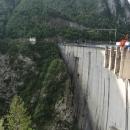 Dvě stě metrů vysoká hráz přehradní nádrže na řece Pivě
