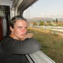 Usídlili jsme se v uličce a z okna sledujeme, jak vlak opouští černohorské hlavní město a vjíždí do kaňonu Morača.