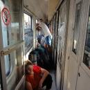 Vagóny jsou přeplněné, špinavé a v hlavě ještě doznívají dozvuky zážitku z nákupu jízdenek