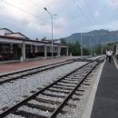 V půl osmé vystupujeme v horském městečku Kolašin.
