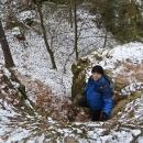 Sestupujeme k ve skalách ukryté Hynště
