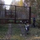 Dvojitý plot nám brání se podívat do bývalého vojenského prostoru ukrytého na brdském hřebenu