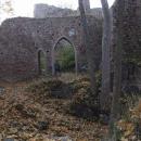 Luděk prochází gotickou branou