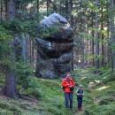 ... obešli několik skalních útvarů...